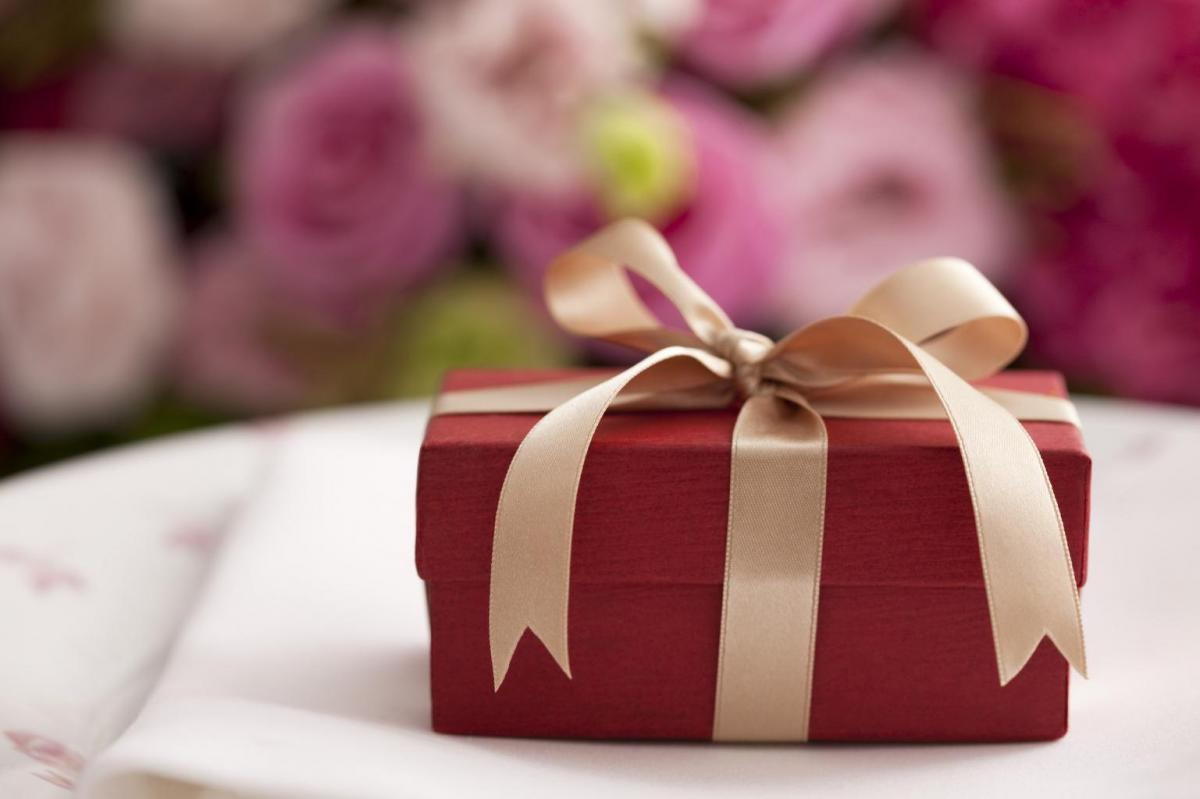 6 Gift Giving Rules To Live By This Wedding Season